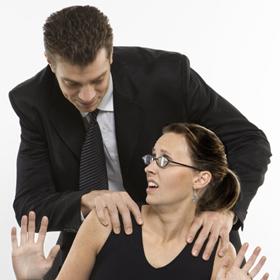 """Avance in ufficio: """"Pornodiva a chi?"""""""