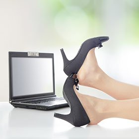 È professionale stare a piedi nudi in ufficio?