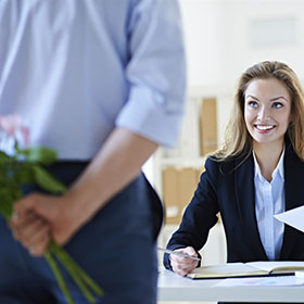 Stai pensando di uscire con un collega?