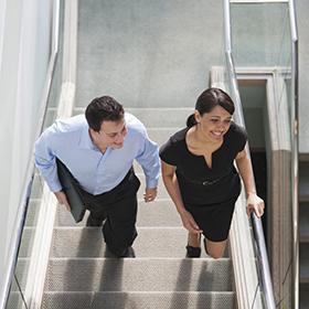 Rimanere in forma in ufficio facendo le scale